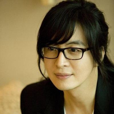 Foto Bae Yong-joon Berkacamata