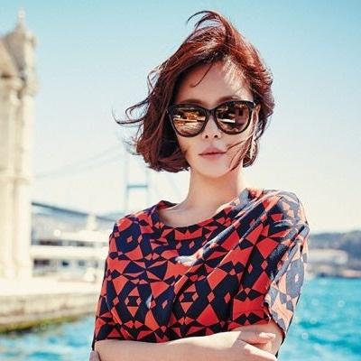 Foto Hwang Jung-eum Berkacamata