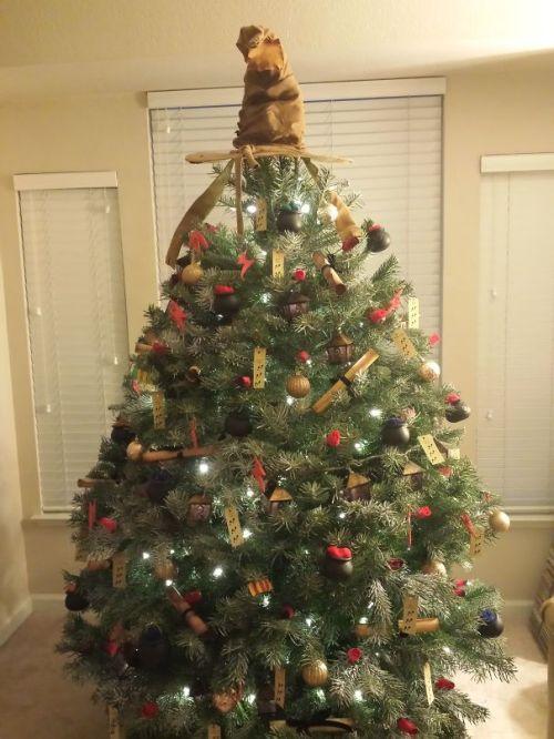 Foto Ide Desain Pohon Natal Paling Kreatif, Indah, dan Lucu 23