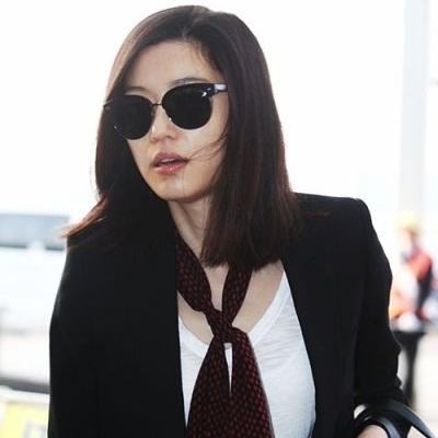 Foto Jun Ji-hyun Berkacamata