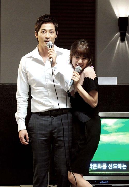 Foto Pasangan Romantis Kang Ji-hwan dan Yoon Eun-hye