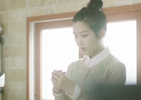 Moon Ga-young sebagai Hantu